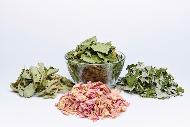 Un tas de pétales secs d'une rose de thé et de feuilles de baies