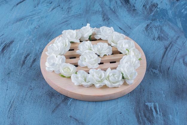 Tas de petites fleurs blanches posées sur bleu.