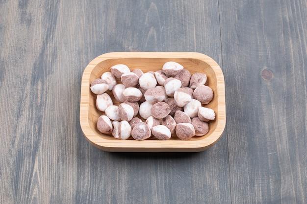Tas de petits biscuits sur plaque de bois
