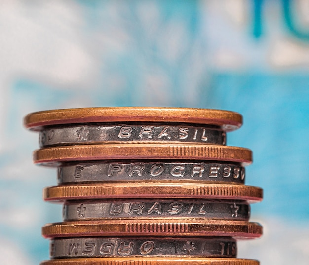 Un tas de pièces d'argent du brésil en macrophotographie