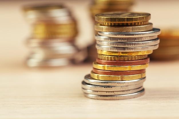 Tas de pièces de monnaie sur la table de travail