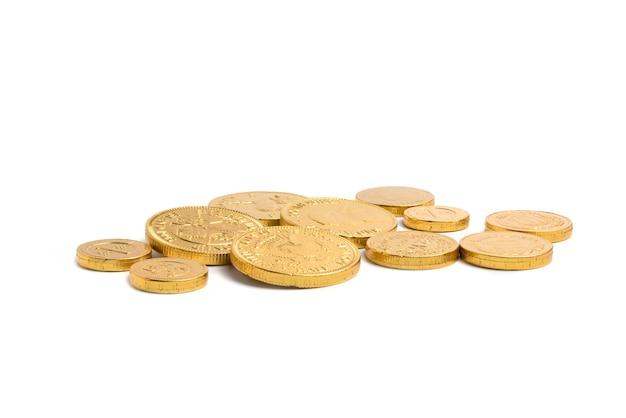 Tas de pièces d'or sur bakcground blanc isolé, concept financier