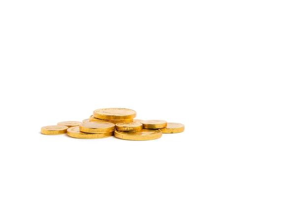 Tas de pièces d'or sur l'espace de copie bakcground blanc isolé, concept financier