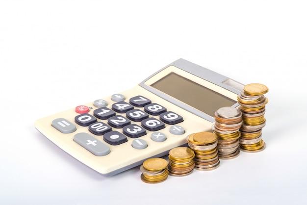 Tas de pièces organisées sous forme de graphique et de calculatrice