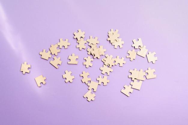 Un tas de pièces de puzzle vierges sur la table résolvant le problème de vue