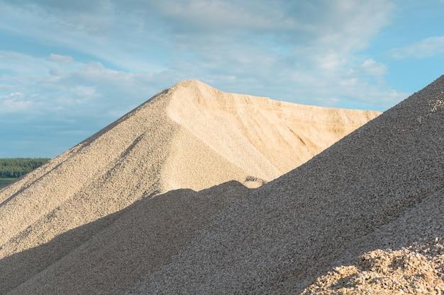 Tas de pierres et de roches comme un glissement de terrain en montagne