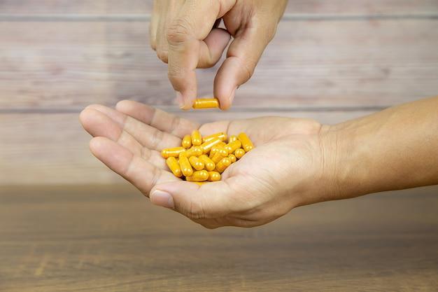 Tas de pilule de médecine ou capsule de phytothérapie.