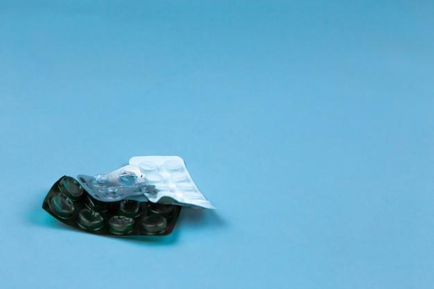 Tas de pilules médicales dans les couleurs blanc et vert. pilules dans un emballage en plastique. concept de santé et de médecine.