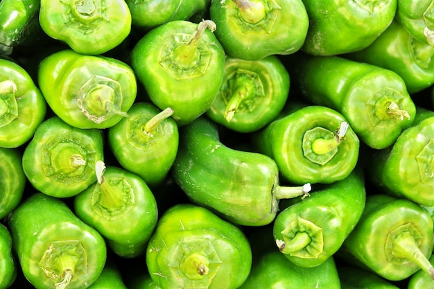 Tas de poivrons verts au marché local du sud de l'espagne