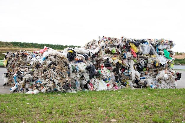 Un tas de polyéthylène pressé dans une usine de collecte des ordures. tri et traitement du polyéthylène. le concept de protection de l'environnement