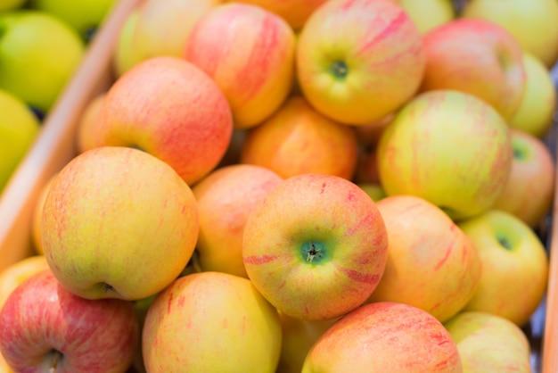 Tas de pommes au supermarché