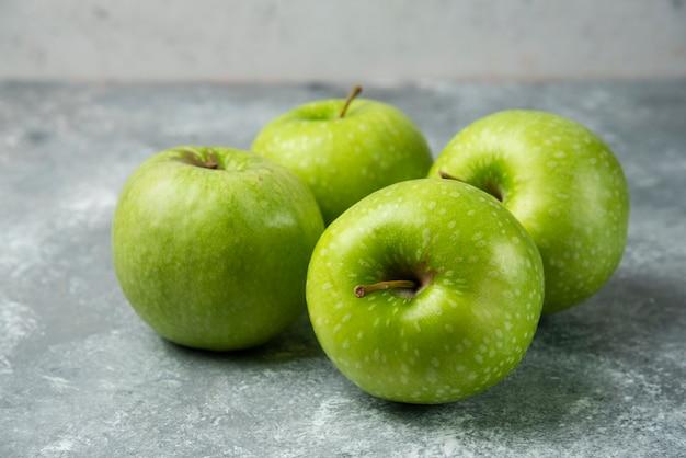 Tas de pommes fraîches sur marbre.