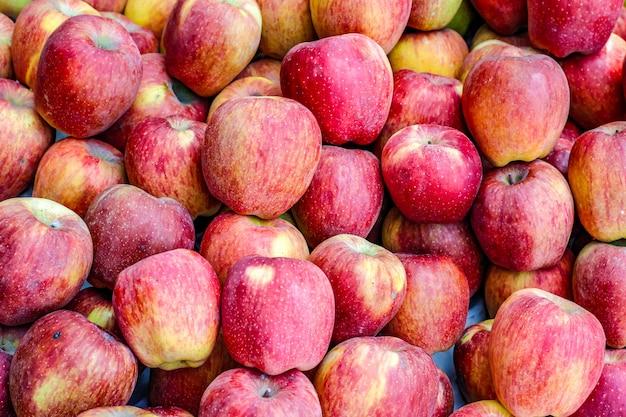 Un tas de pommes mûres entières au marché aux fruits