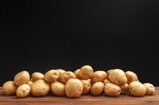 Tas de pommes de terre allongé sur des planches en bois