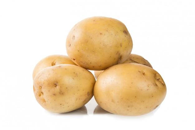 Tas de pommes de terre jeunes fraîches isolés sur blanc