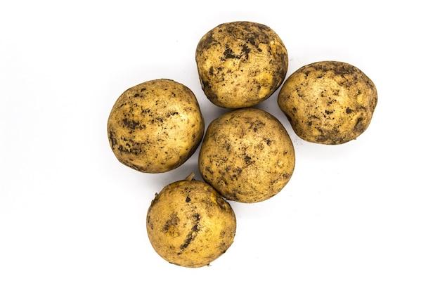 Tas de pommes de terre naturelles avec terre, pile de plantes agricoles de pays.