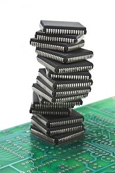 Tas de puces électroniques sur une carte de circuit imprimé isolé sur fond blanc
