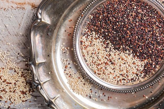 Tas de quinoa brut mélangé