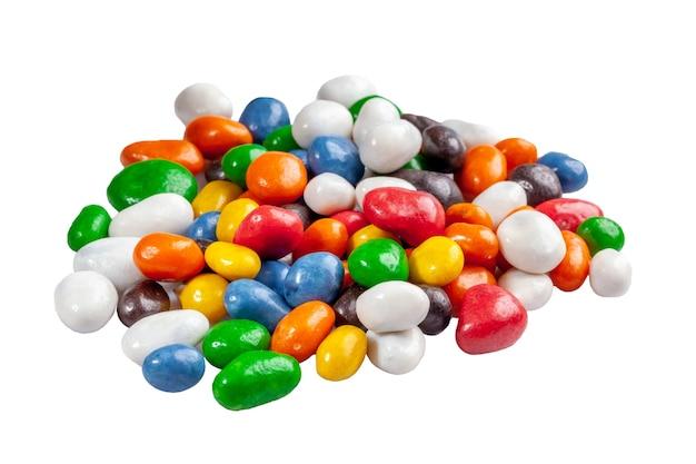Tas de raisins secs et d'arachides confits colorés isolés sur blanc