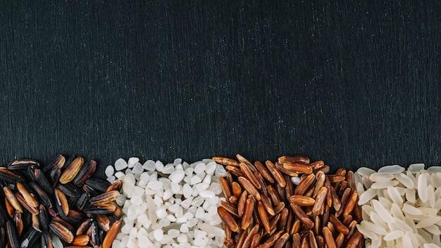 Des tas de riz assortis