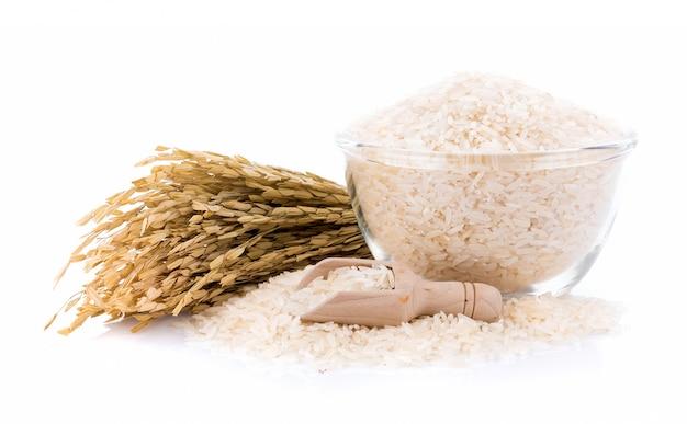Tas de riz blanc dans un bol sur mur blanc