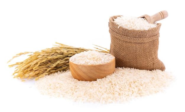 Tas de riz blanc sur fond blanc