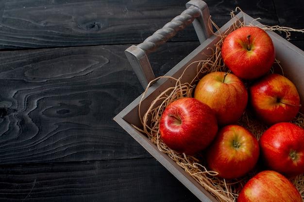 Tas de savoureuses pommes rouges à la recherche