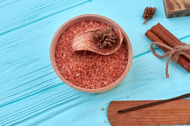 Tas de sel brun de l'himalaya à la cannelle sur un bureau bleu. vue de dessus à plat.
