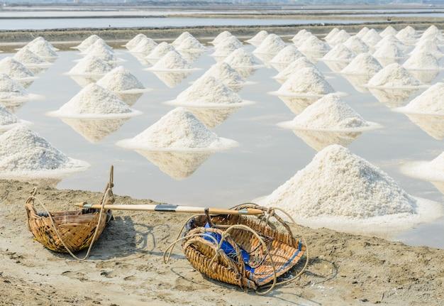 Tas de sel de mer dans l'étang d'évaporation, thaïlande