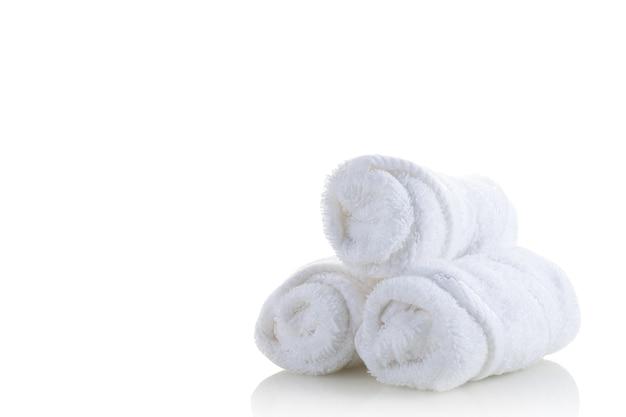 Tas de serviettes spa blanc isolé sur fond blanc
