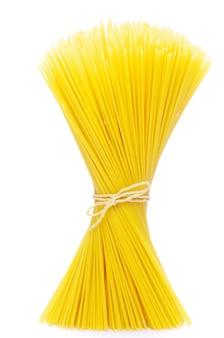 Tas de spaghettis isolé sur blanc.