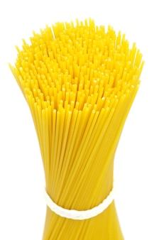 Tas de spaghettis isolé sur fond blanc.