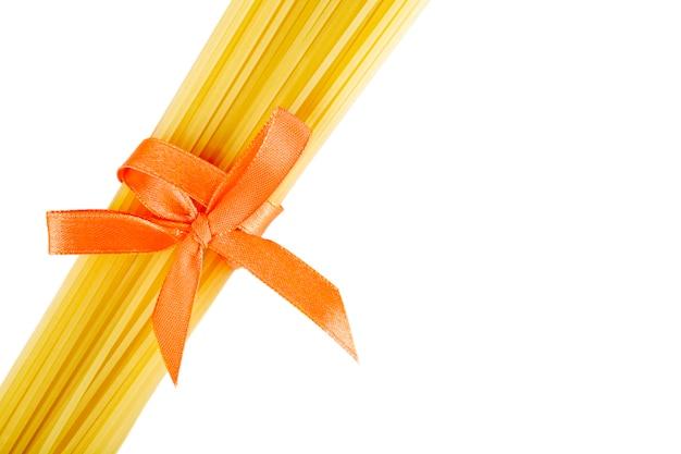 Tas de spaghettis noué avec un ruban