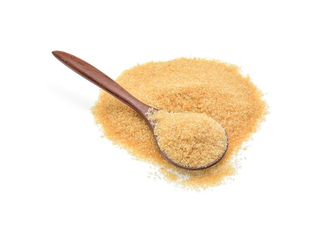 Tas de sucre brun isolé sur blanc