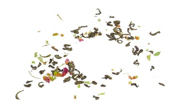 Tas de thé noir earl grey sur fond blanc