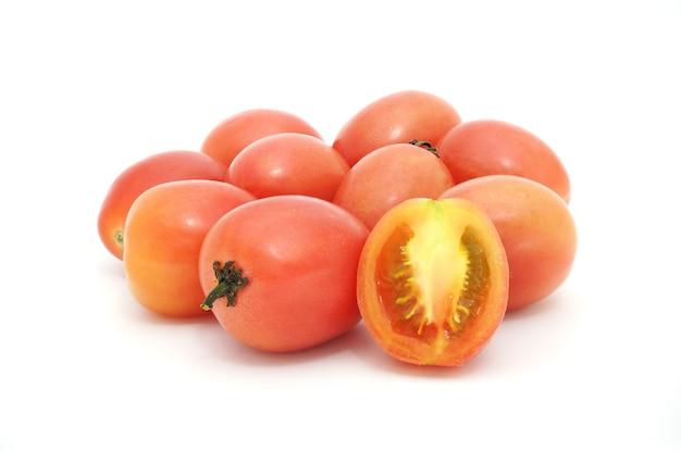Tas de tomates isolé sur fond blanc. les thaïlandais appellent «srida pink egg tomato».