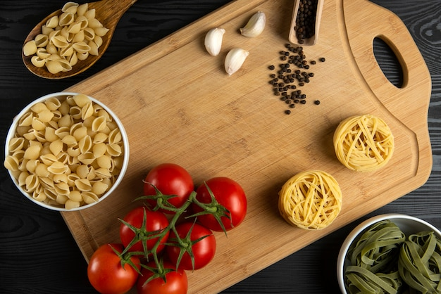 Un tas de tomates avec des pâtes italiennes autour