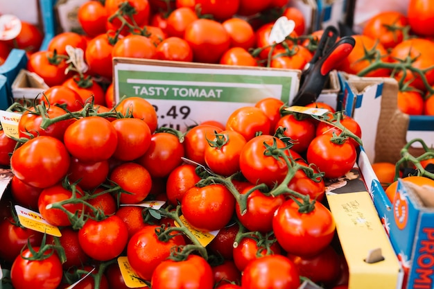 Tas de tomates rouges fraîches sur le marché