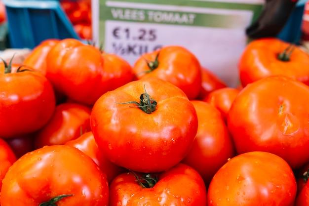 Tas de tomates rouges fraîches