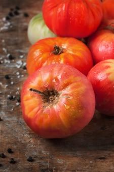 Tomates cerises fraîches sur une branche - Télécharger des..