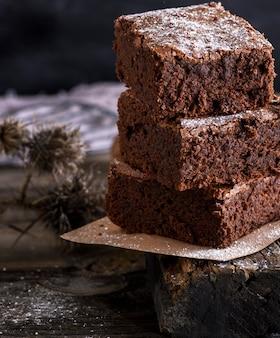 Tas de tranches carrées de tarte au brownie cuite au four
