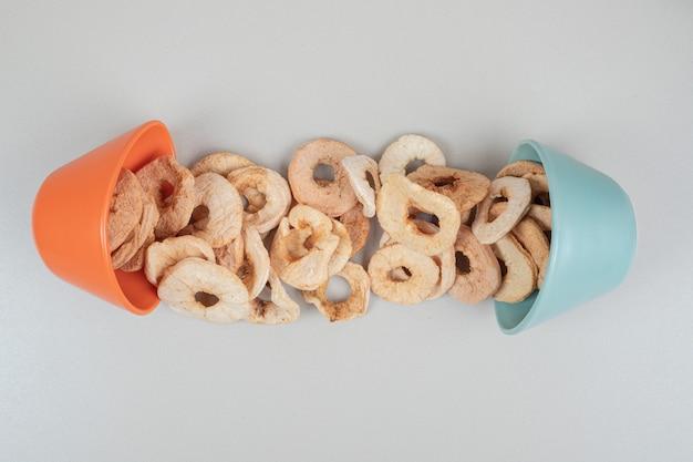 Tas de tranches de fruits secs dans des bols