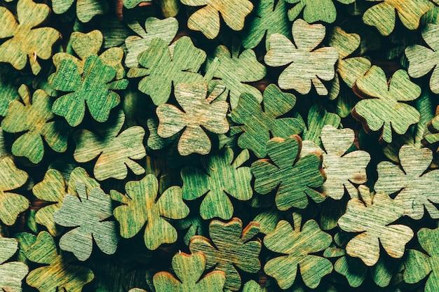 Tas de trèfles verts à quatre feuilles en bois