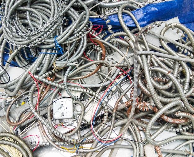 Tas de tuyaux en métal pour le faisceau de câbles.