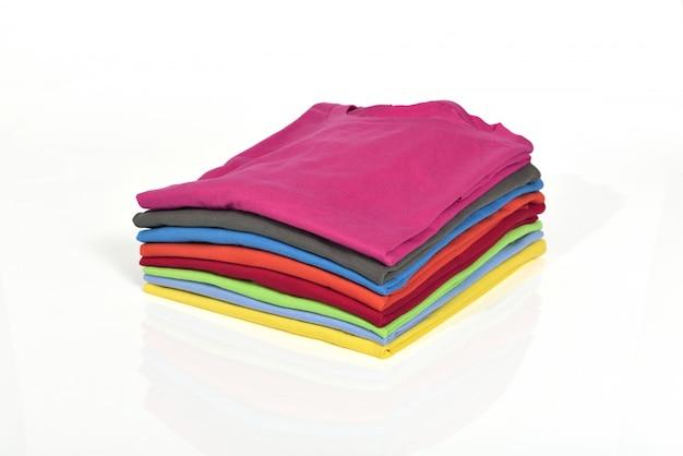 Tas de vêtements colorés