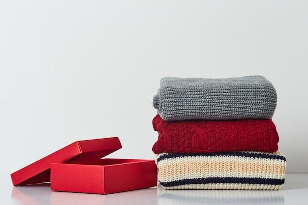 Tas de vêtements tricotés: chandails, écharpes, pull-overs