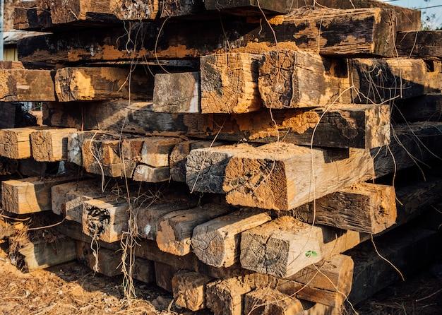 Tas de vieilles traverses de chemin de fer en bois.