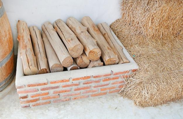 Tas de vieux bois de chauffage dans la ferme