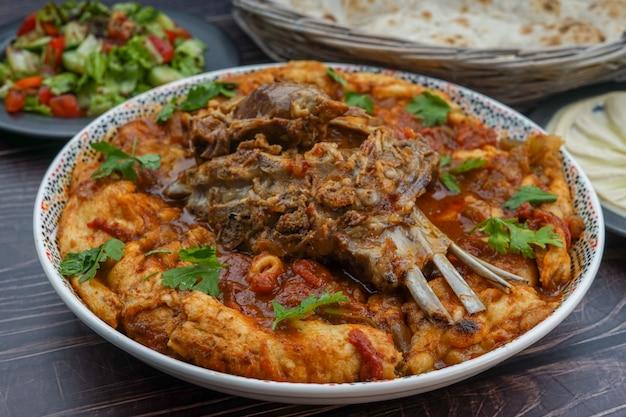 Tashreeb irakien sur une grande assiette