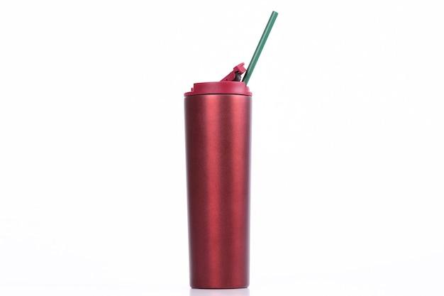 Tasse en acier inoxydable et gobelet isolé sur fond blanc